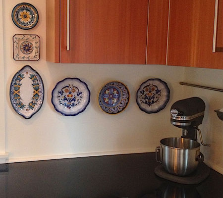 Christmas Bowls And Platters.Platters Bowls And Plates Display Hangers Display Buddie
